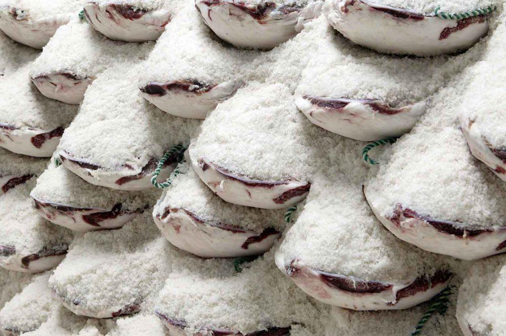 Schinkenhaufen - Schinken mit Salz haltbar machen